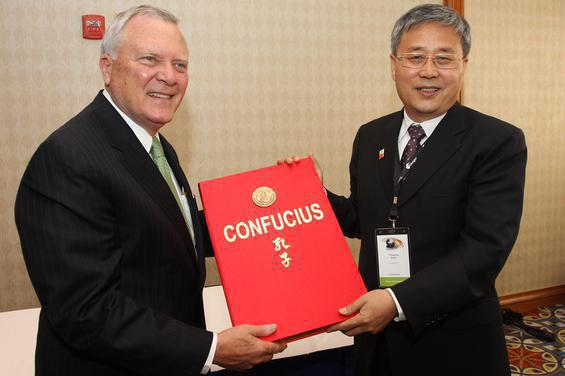 Shandong Gov. Guo Shuqing presented Georgia Gov. Nathan Deal with a book on Confucian art and culture when the leaders met during the Regional Leaders Summit held in Atlanta.